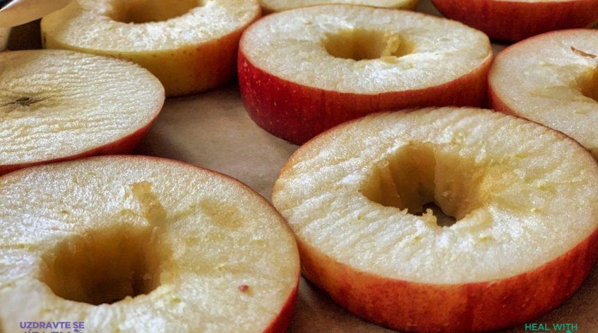 Kešu koláč s karamelovými jablíčky
